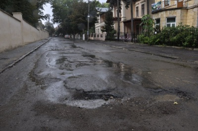В первую очередь надо ремонтировать дороги и модернизировать сети, - мэр Черновцов