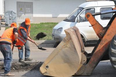 Комунальники вже ремонтують дороги в Чернівцях (ФОТО)