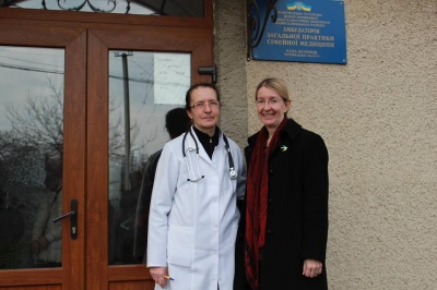 Министр на Буковине вежливо разулась, неожиданно придя в сельскую амбулаторию