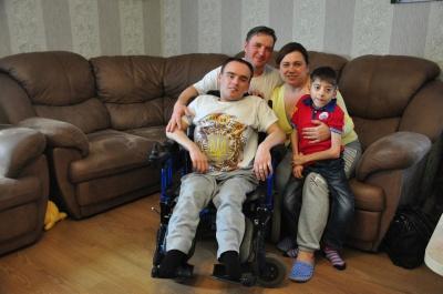 «Дякуємо Богу за чудових дітей»: Чернівецька сім`я, у якої 14 дітей, всиновила ще двох хлопців з інвалідністю (ФОТО)