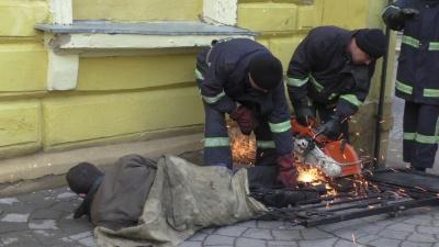 Спасатели в Черновцах снимали человека с ограждения школы (ВИДЕО)