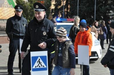 Патрульні навчали маленьких чернівчан дотримуватися правил дорожнього руху (ФОТО)