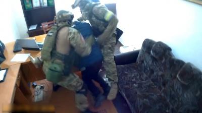 Полиция обнародовала видео с задержания экс-милиционера, который предлагал взятку полицейскому на Буковине