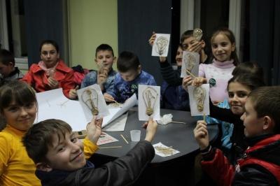 У Вижниці дітей вчили з лампочок робити сувеніри