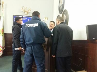 В Черновицкий горсовет вызвали полицию - патрульные вывели из сессионного зала мужчину