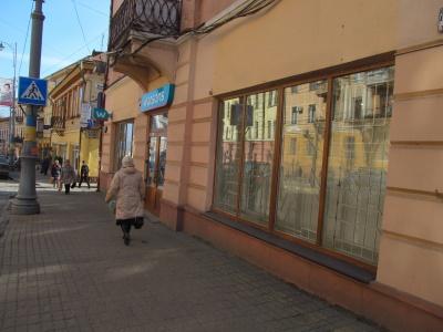 У центрі Чернівців знімають рекламні плакати з магазинів