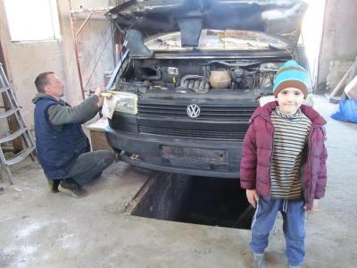 У Чернівцях волонтери ремонтують автомобіль для відправки у зону АТО (ФОТО)