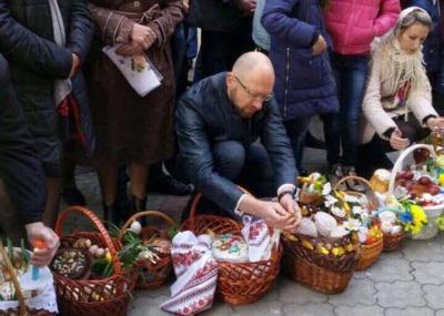 Яценюк із родиною посвятив паски у Чернівцях (ФОТО)