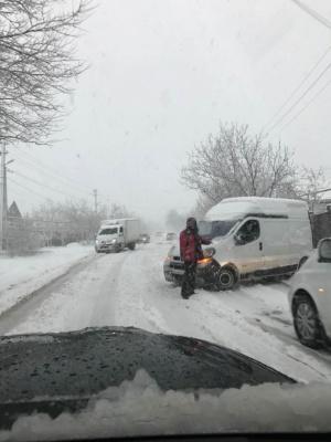 У Дніпрі через аномальний снігопад зупинили навчання у школах