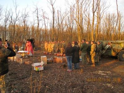 «Было спокойно, только издалека слышались выстрелы»: волонтер из Черновцов рассказал, как бойцы посвятили пасху в зоне АТО