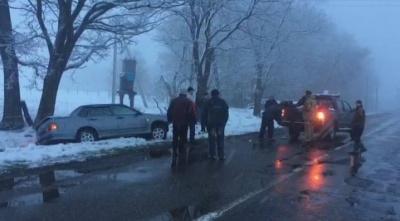 Авто злетіло у кювет на Буковині через погіршення погодніх умов