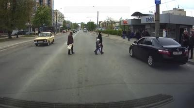 В Черновцах авто самопровозглашенного «бургостра» едва не сбило пешеходов на «зебре» (ВИДЕО)ми
