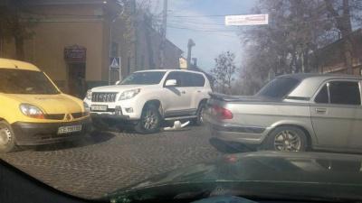 У Чернівцях авто з двома дівчатами врізалося у стовп