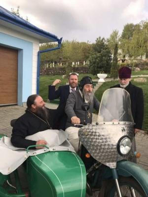 Митрополит Онуфрій прокатався на мотоциклі з отцем Жаром: диякон РПЦ оприлюднив вражаюче фото