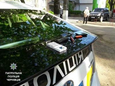 Патрульні затримали іноземця, який намагався залізти до квартири в центрі Чернівців