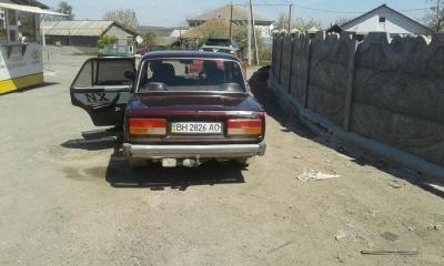 На Буковині невідомий вдарив припарковане авто і втік