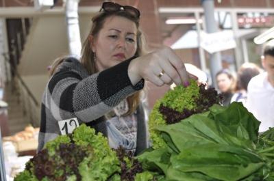 Ранние овощи из рынков Черновцов уже можно есть: журналист МБ проверила продукцию на нитраты