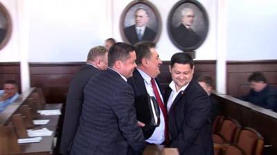 """Появилось видео, как депутаты Черновицкого горсовета выносили из сессионного зала  """"бургомистра"""" Дидуха"""