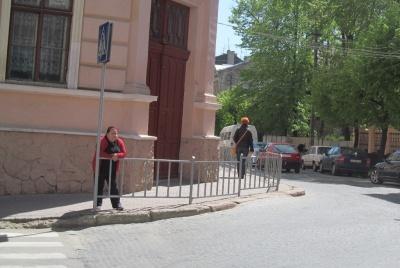 У Чернівцях між тротуарами і вулицями встановлять захисні металеві загорожі