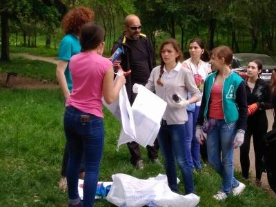 Понад дві сотні волонтерів прибирали Чернівці від сміття (ФОТО)