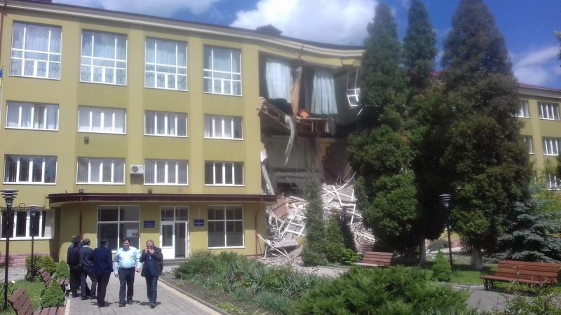 Уколеджі Коломиї обвалилася стіна таперекриття: жертв немає, опубліковані фото