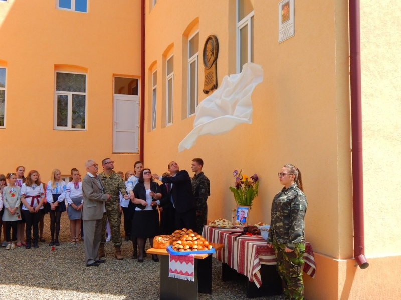 НаЧернівеччині нафасаді гімназії відкрили меморіальну дошку герою АТО