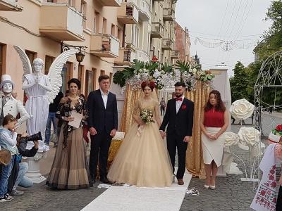 Чернівчани одружилися просто посеред вулиці
