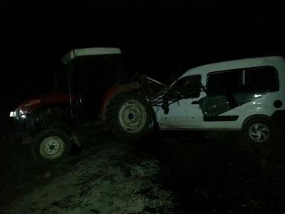 На Буковині вночі на швидкості авто врізалося у трактор – водій загинув (ФОТО)
