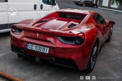 У Києві помітили перший в Україні Ferrari 488 Spider з чернівецькими номерами