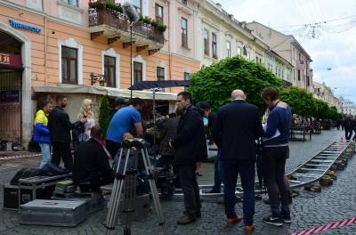 У Чернівцях на вулиці Ольги Кобилянської знімають серіал-мелодраму (ФОТО)