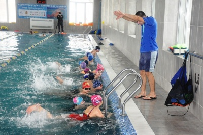 У Чернівцях дітей вчитимуть плавати на літніх канікулах
