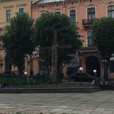 У Чернівцях вирішуватимуть, чи демонтувати хрест на Центральній площі