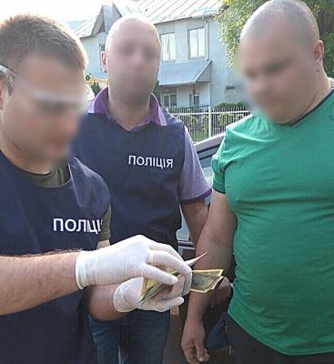 На Буковині поліція затримала сільського голову на хабарі 2 тис доларів