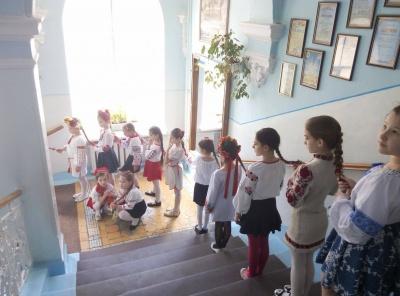 35-метрова коса: чернівецькі школярі провели флеш-моб до Дня вишиванки (ФОТО)