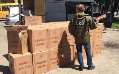 У Чернівцях правоохоронці затримали мікроавтобус, що перевозив контрафактних цигарок на 600 тис грн