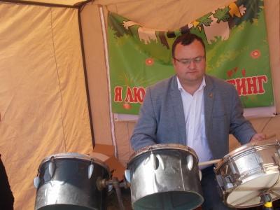 «Ручки пам'ятають»: Каспрук вразив школярів, зігравши на барабанах у центрі Чернівців