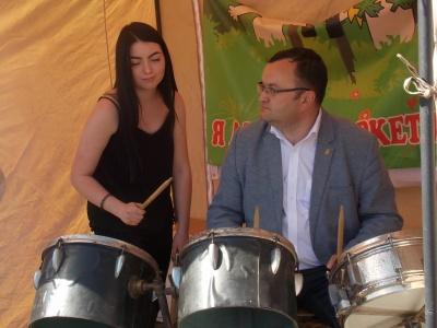 Появилось видео, где мэр Черновцов играет на барабанах