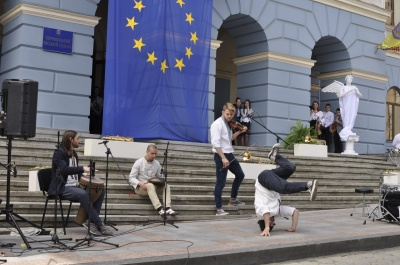 На открытии Дня уличной музыки в Черновцах во скрипку танцевали хип-хоп (ВИДЕО)