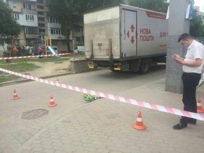 У Чернівцях хлопчик потрапив під колеса вантажівки, стан дитини важкий (ФОТО)