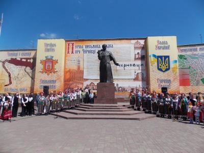 Тараса Шевченка вшанували буковинці на Центральній площі в Чернівцях (ФОТО)