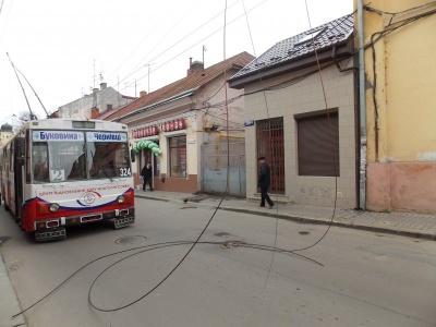 У Чернівцях обірвані тролейбусні електролінії півгодини лежали під напругою посеред вулиці