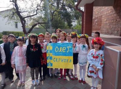 Олег Скрипка розчулився від подарунку, який йому зробили дітлахи на Буковині