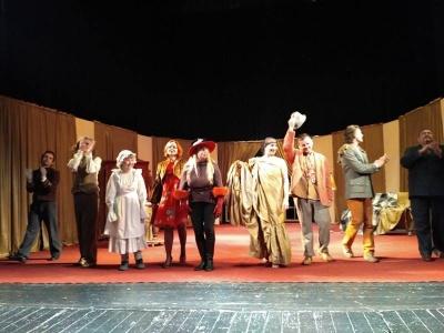 """Спектакль  """"Он, она, окно, покойник """" в театре в Черновцах собрала полный зал (ФОТО)"""
