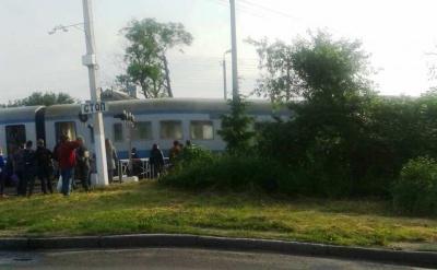 У Чернівцях горить пасажирський потяг «Чернівці - Коломия», люди вистрибували з вікон (ФОТО)
