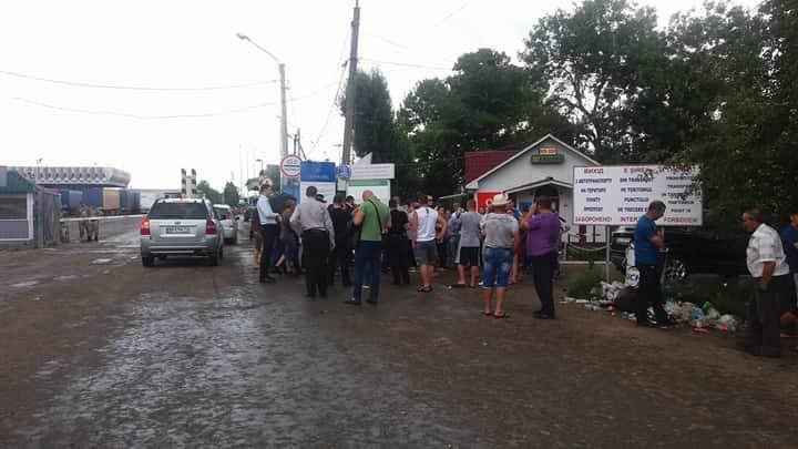 НаБуковині місцеві мешканці пікетували пункт пропуску накордоні із Румунією