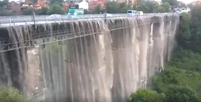 НаХмельниччині автомобільний міст від зливи став водоспадом (ВІДЕО)