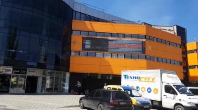 У Чернівцях торговельний центр транслював на рекламному дисплеї кліп з нецензурною лайкою (ВІДЕО)