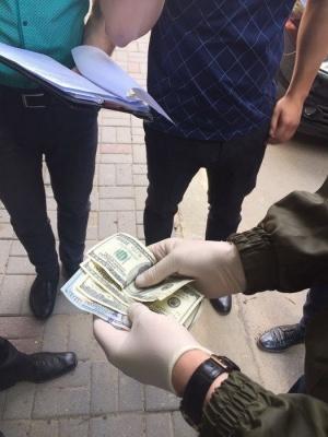 СБУ затримала на хабарі начальника відділу Чернівецької міськради