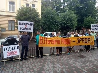 «Беспредел в Годилове». Жители села пикетируют прокуратуру Буковины через застройки в оползневой зоне