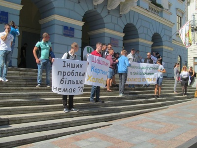 Под Ратушей в Черновцах жарили шашлыки (ФОТО)